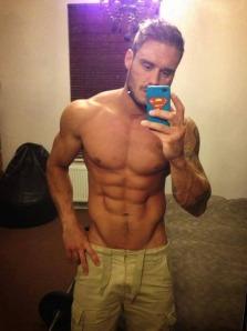 Amor, o que tem de mais publicar minhas selfies sem camisa?